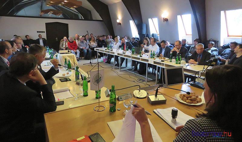 A kormányzati delegáltak és az ülés hallgatósága, meghívottjai