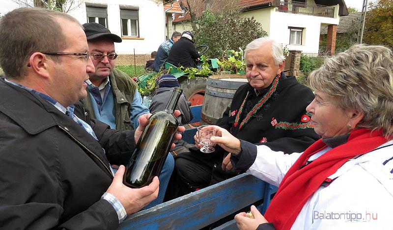 Némely kocsiról bort is kínáltak az út mellett álló nézőknek