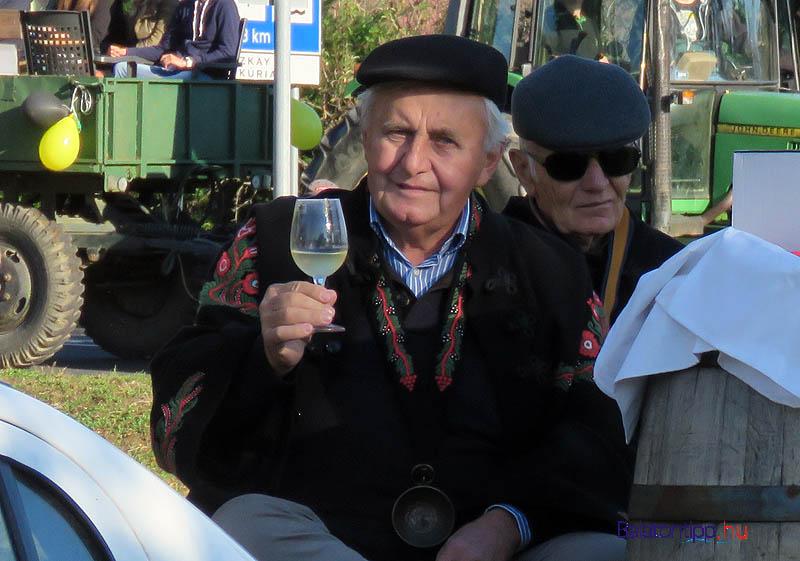 Cseh Ferenc egy pohár újborral a kezében