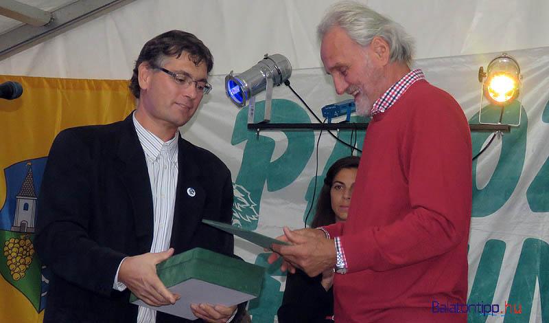 Czeglédy Ákos polgármester (balról) és Trokán Péter a díszpolgári oklevél átadásakor