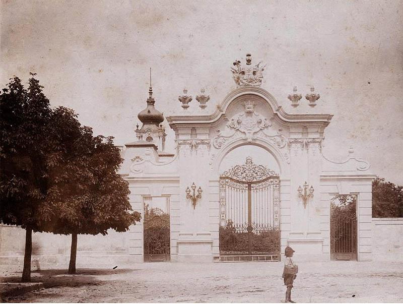 Keszthely, a Festetics-kastély kapuja - 1893 - Fortepan.hu