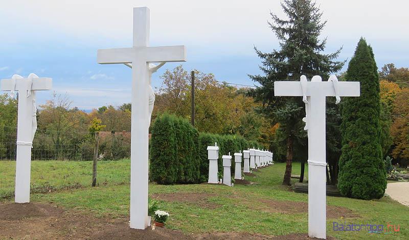 Az új keresztút a temető főbeháratától