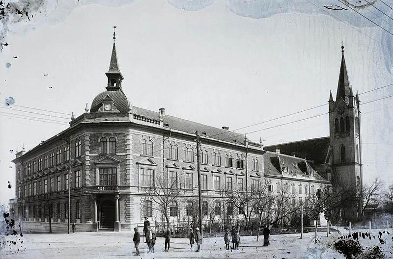 Keszthely, a Premontrei gimnázium és a plébániatemplom - 1911 - Fortepan.hu