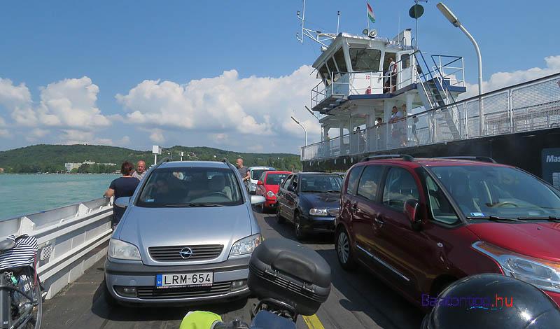 Autókkal, motorokkal zsúfolt komp - fotó: Győrffy Árpád