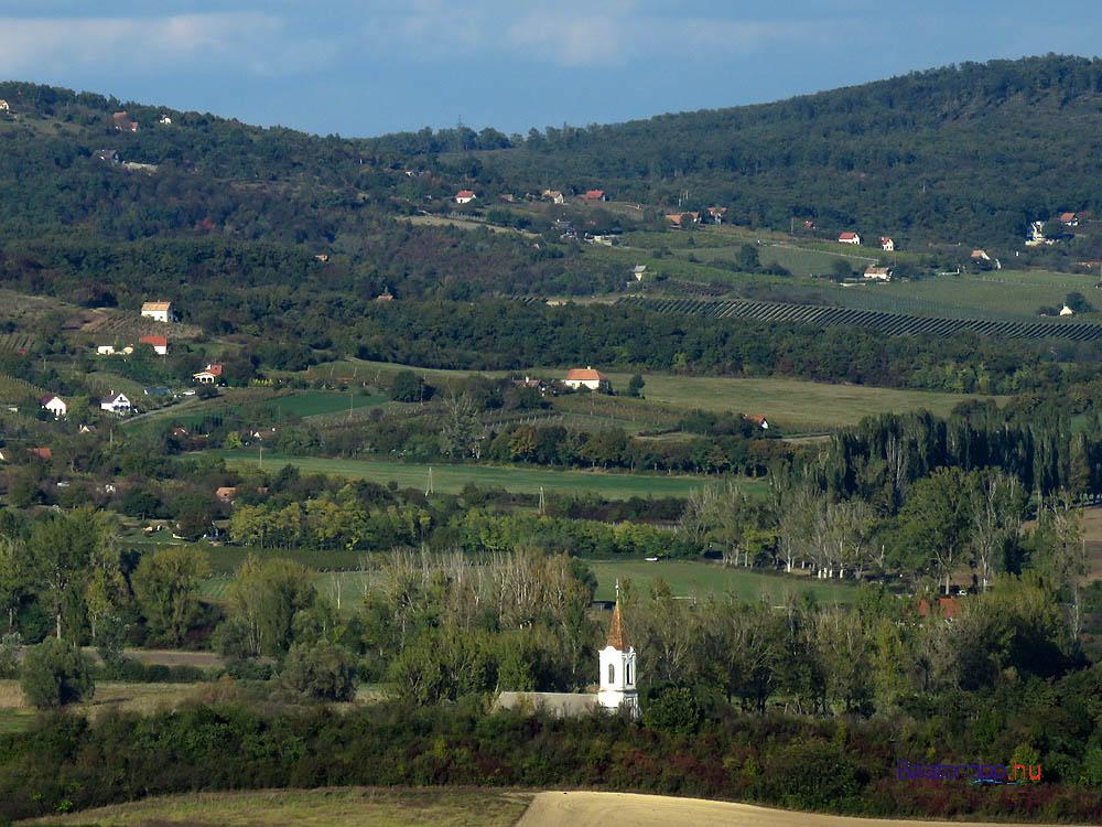A pécselyi református templom, mögötte a Zádor-hegy és a Róka-hegy