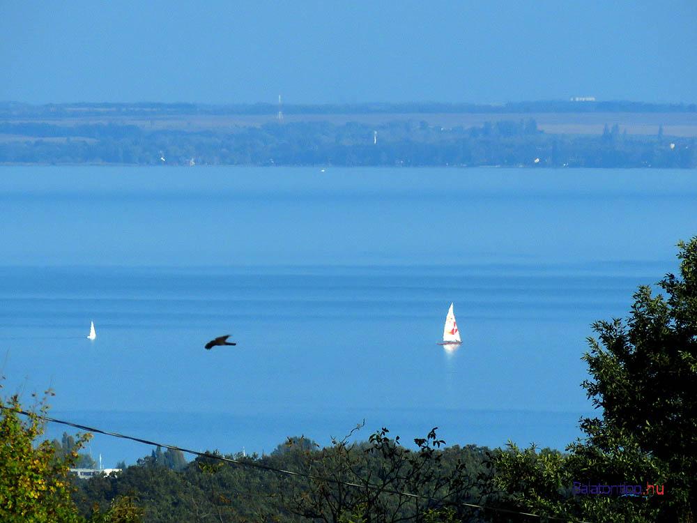 A Sirocco most is a vízen - Kilátás a Kaka-hegy hágójáról a Tihanyi-öböl felé