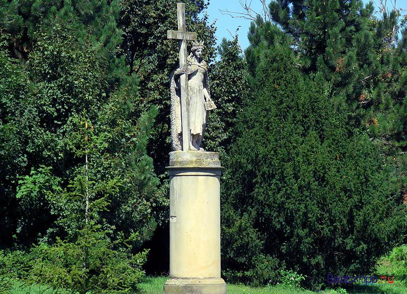 Szent Ilona szobra a kastélyparkban