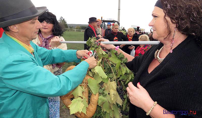 Készül a szőlőharang a felvonuláshoz