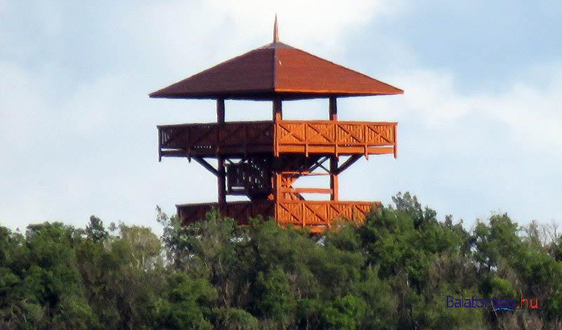 A kilátó két felső szintje szeptember 17-én Örvényesről - a felső szint és a tető között csak a négy oszlop látszik