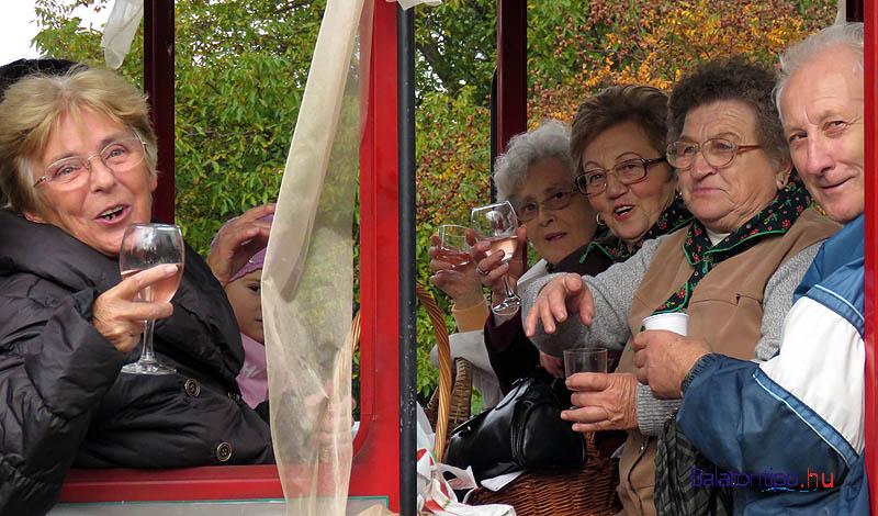 A kisvonaton utazó asszonyok inkább csak példát adtak a boriváshoz