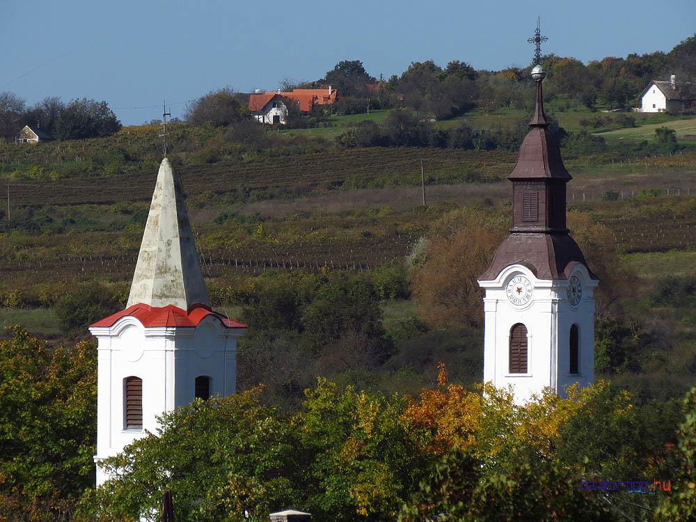 Alsódörgicsei templomtornyok a háttérben a Halomheggyel