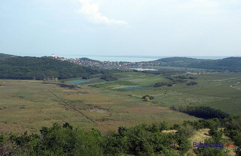 Kilátás a Belső-tó és az apátsági templom felé
