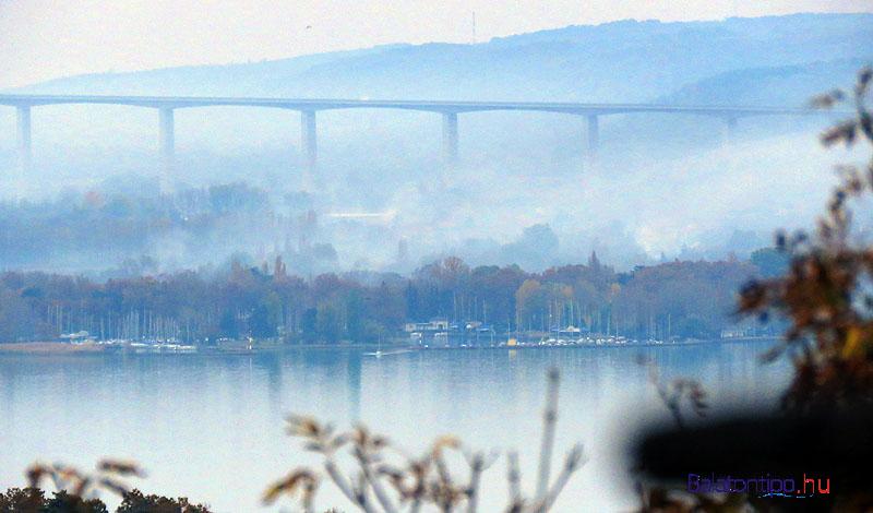 Ködös, füstös látkép a Kőrös-hegyi viaduktról és a szántódi partokról
