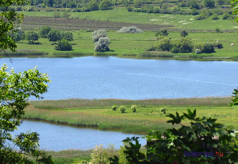 Kilátás a faluból a Belső-tóra