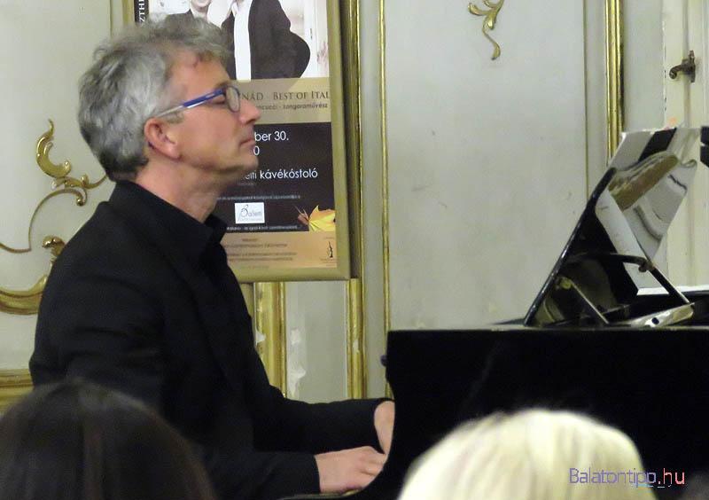 Denis Biancucci néha elkalandozott más dalok ismert motívumaihoz
