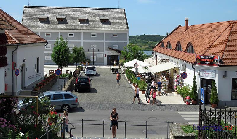 A falu főtere, a Mádl Ferenc tér, háttérben a Németh László Művelődési Házzal