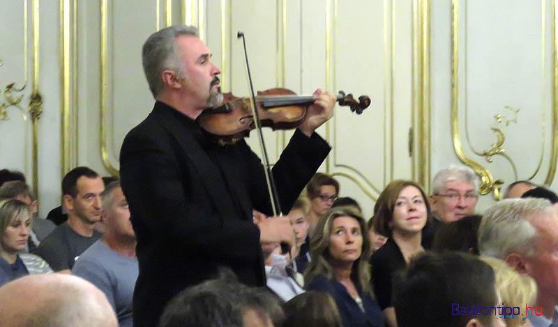 Gentjan Llukaci meglepő hegedűs belépője - a közönség között játszva érkezett a pódiumhoz