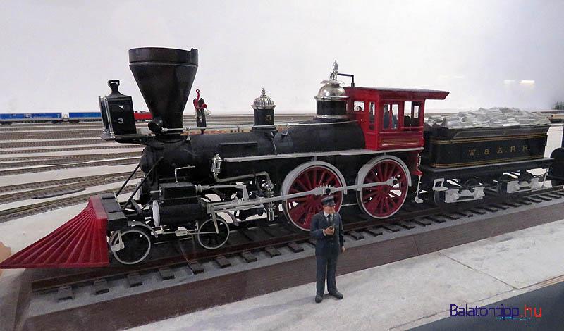 Gőzmozdony vasutassal egy német állomáson