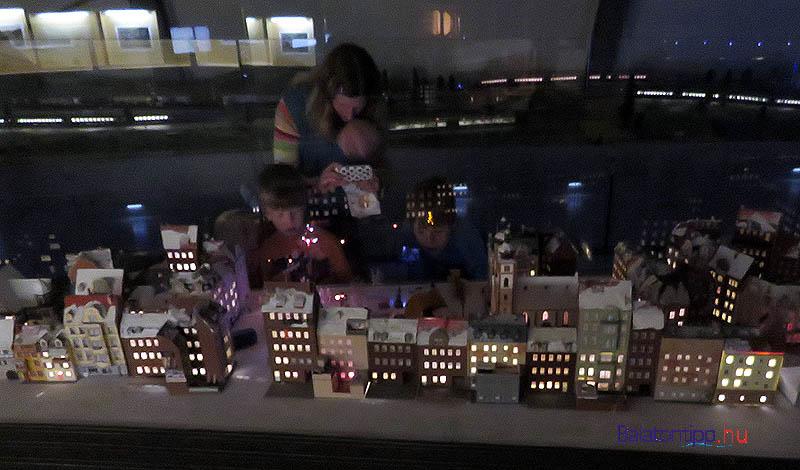 Város esti fényben látogatókkal