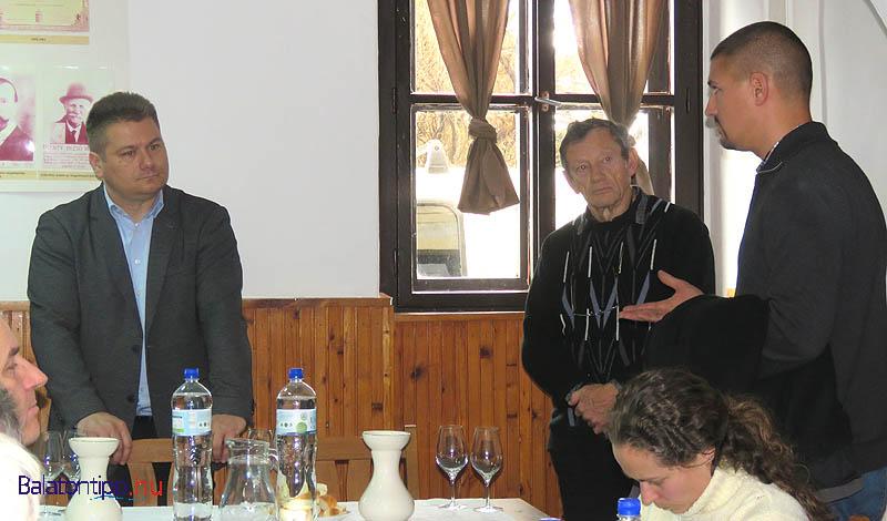 Jordán László (balról), Kulka Gábor, a Balatoni Borvidék Borbíráló Bizottság titkára - házgazdaként - és Borbély Tamás