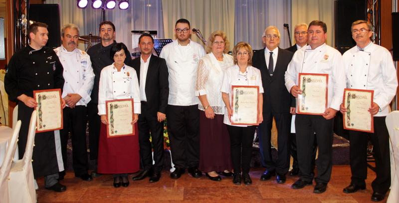Az új mesterek az MNGSZ több vezetőjével - középen Krivács Andrástól jobbra Volenter István, a vacsora elkészítésének irányítója - Fotó: MNGSZ, Baráth Edit