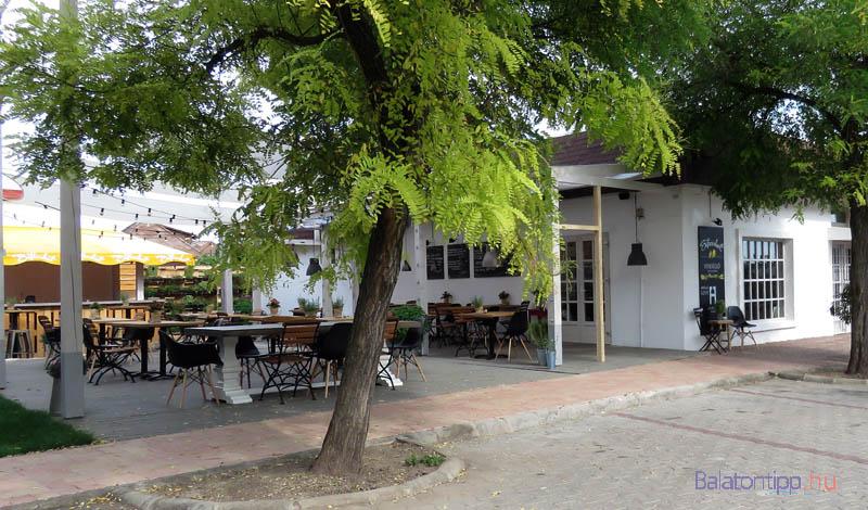Az egykori kocsma helyén kialakított Sáfránkert étterem kerthelyisége