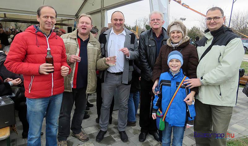 Péter Károly polgármester (középen) és vidám társasága is bizonyítja a jó hangulatot