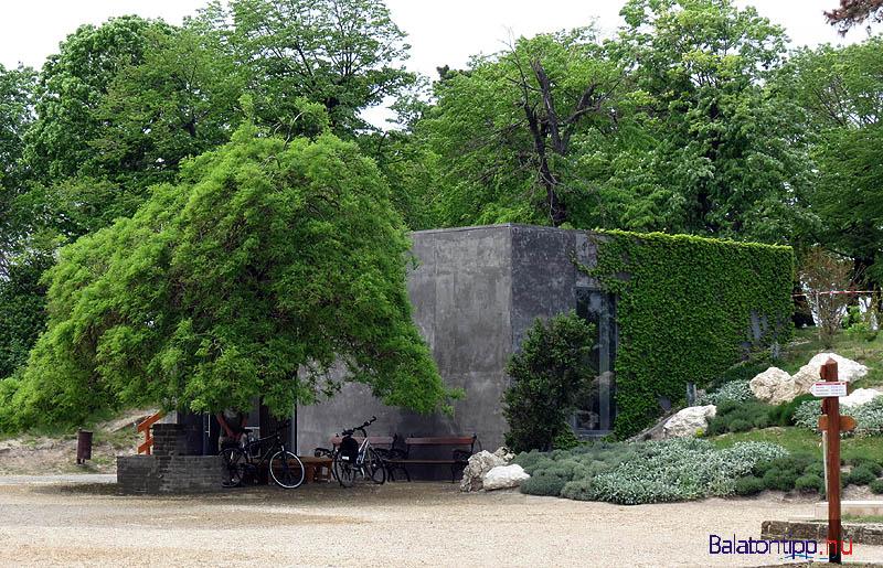 A Porta Pacis - a Béke Kapuja - az apátsági látogatóközpont sziklába vájt épülete