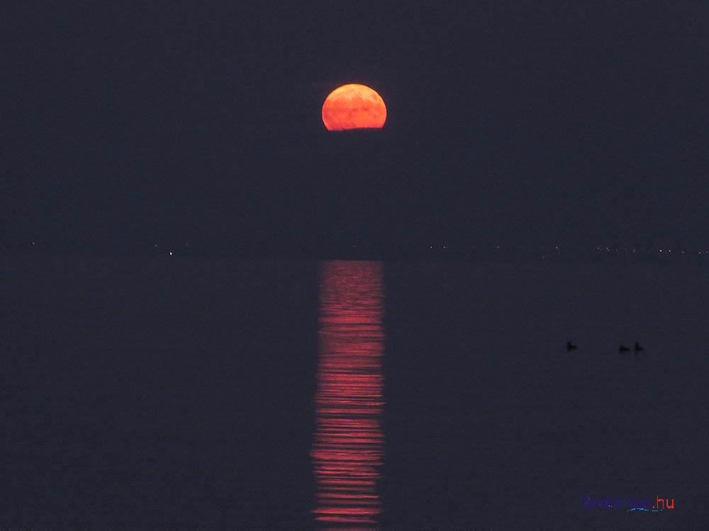 A Hold kicsit közelebb hozva 16:52-kor