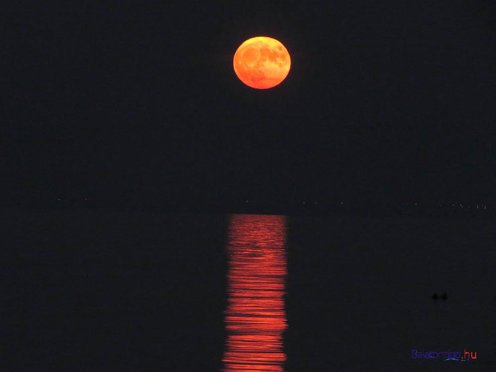 A teljes Hold ismét a kikötői fényoszloppal