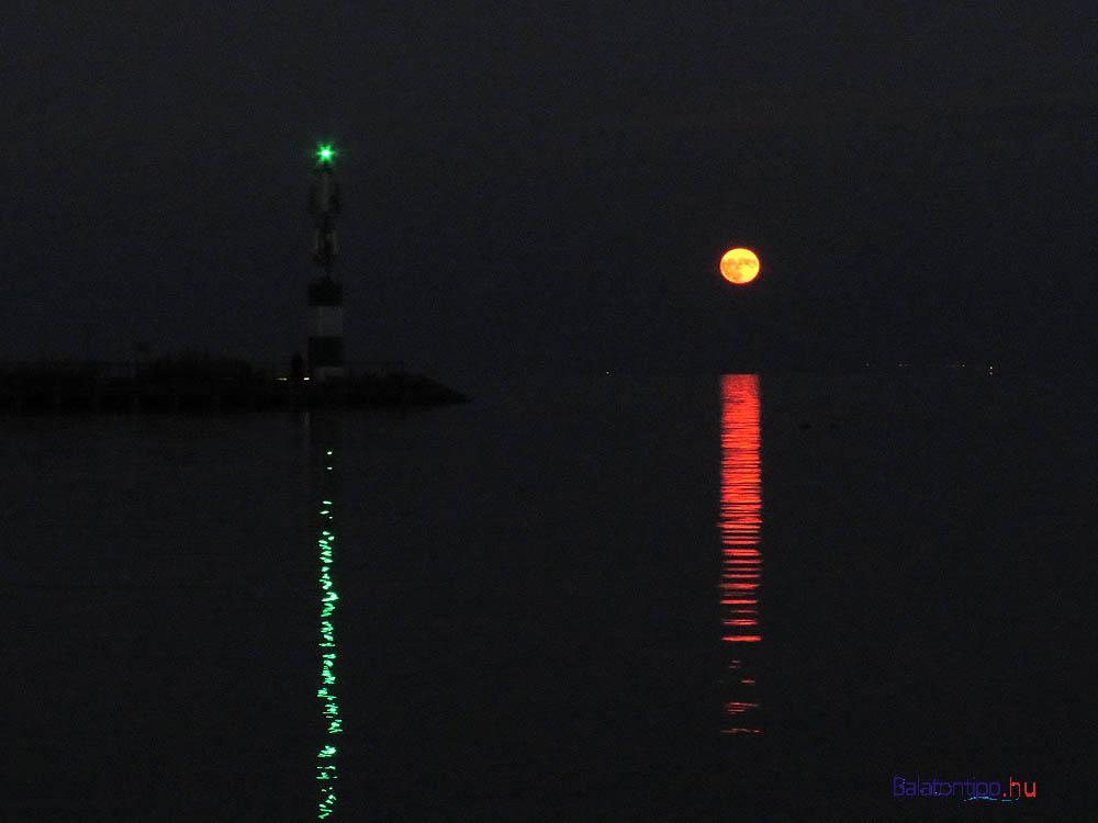 A teljes hold a kikötői fényoszloppal - a holdkorong kicsit talán nagyobb a megszokottnál, szokatlan légköri hatások idején láttam már ennél nagyobbnak is