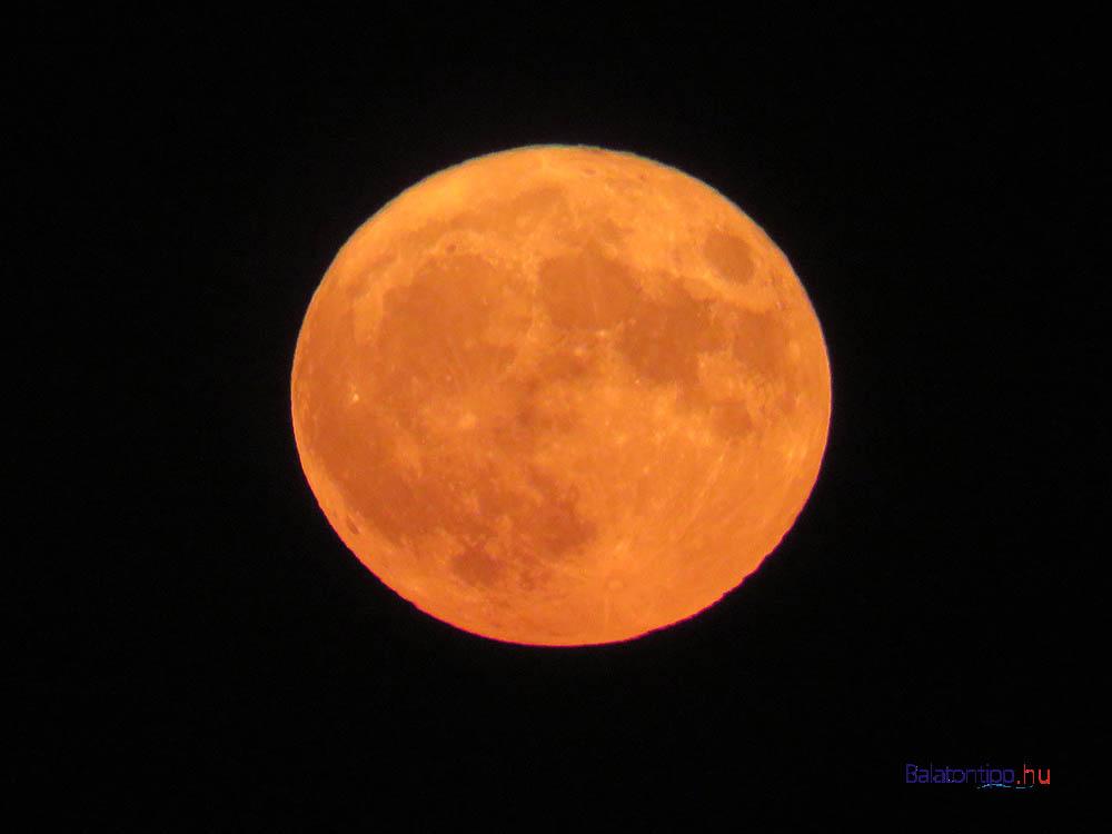 A teljes hold még mindig a pályája alján - a levegő által vörösre színezve