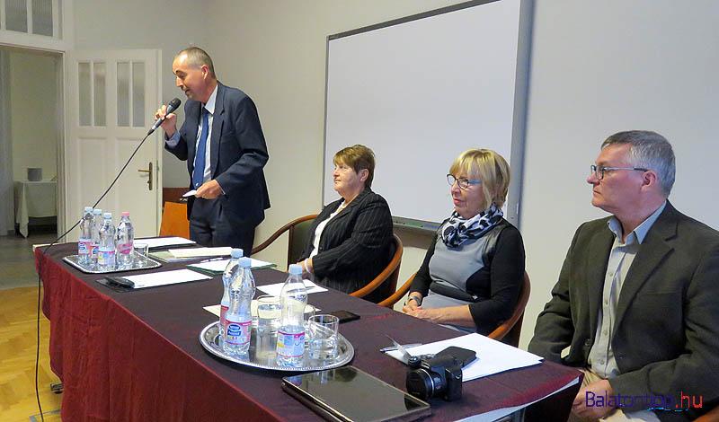 A tanácskozás elnöksége - Takács Gábor (balról), Töreky Lászlóné edericsi polgármester, Molnár Judit balatonfüredi bizottsági elnök és P. Miklós Tamás gyűjteményvezető, a rendezvény házigazdája