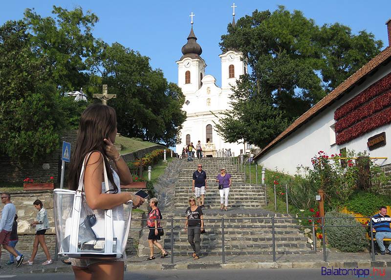 A főtérről a templomhoz vezető lépcső