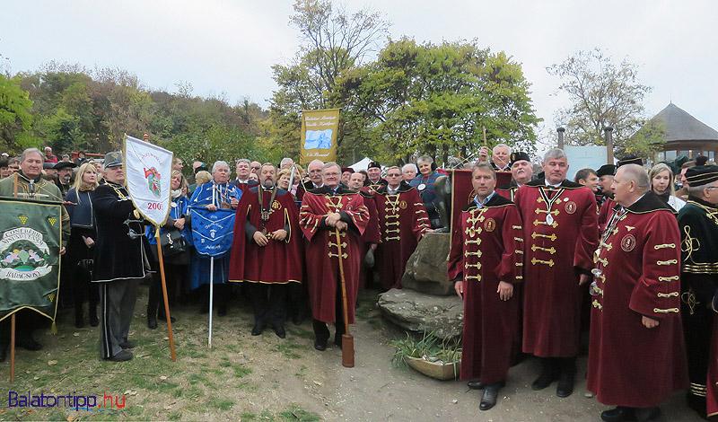 A borrendek Borsos Miklós Echo szobra körül gyűltek össze a visszhangpróbához