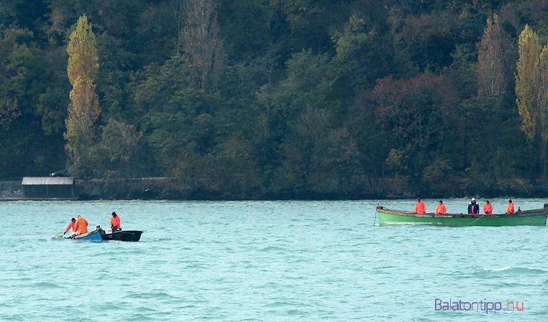 A ladikból fokozatosan a vízbe engedték a hálót, aminek a másik végét a bárkában fogták