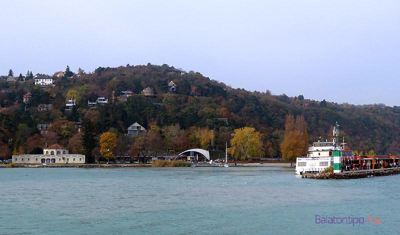 Az Öregkikötő az indulni készülő Füred katamaránnal