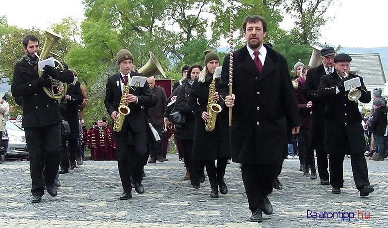 Érkeznek a fúvósok a menettel a templomhoz - az élen Szellinger Tamás karnaggyal