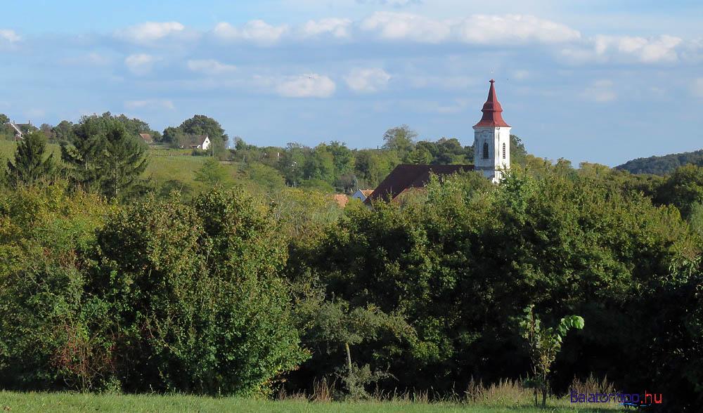 Vászoly dombok és lombok a katolikus templommal