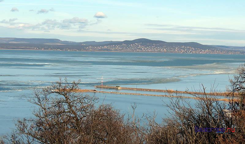 A fonyódi kikötő, a távolban jobbra a révfülöpi hegyek