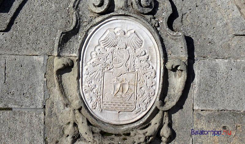 A címer közelről