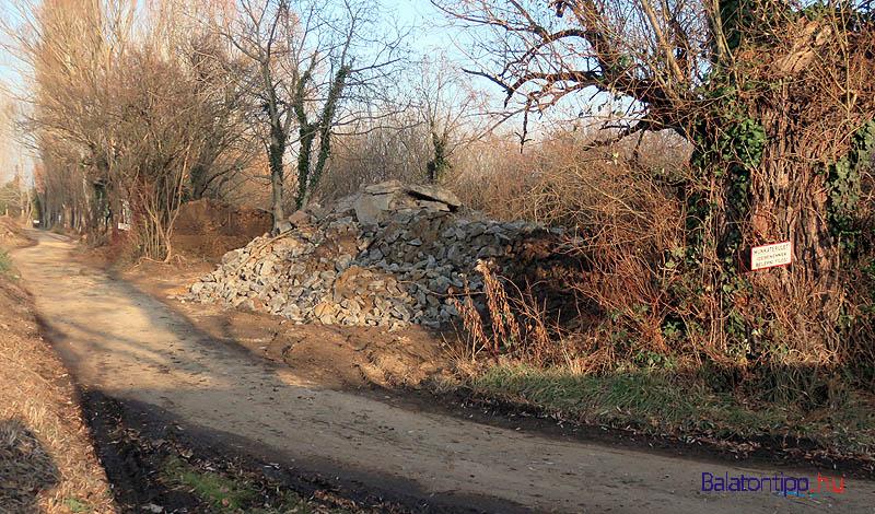 Az állomás felől ezzel az aszfalttörmelék dombbal kezdődik a lerakó