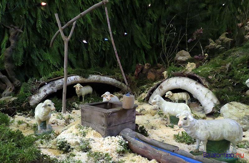 Bárányok kúttal, barlangszerű istállókkal a betlehem bal oldalán