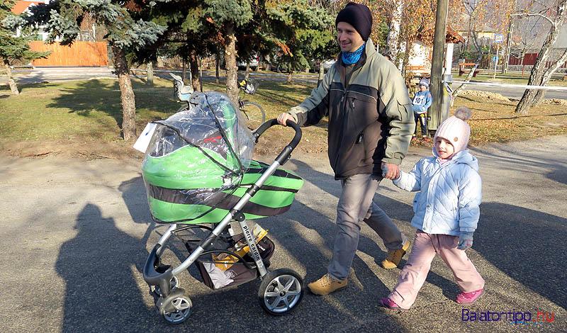 """A legfiatalabb """"induló"""" a versenyt szervező Gurdon Éva két és fél hónapos kisfia, Bocska-Gurdon Márk volt, akit apukája, Bocska István tolt végig a 400 méteres távon lányuk, Bocska-Gurdon Emma kíséretében."""