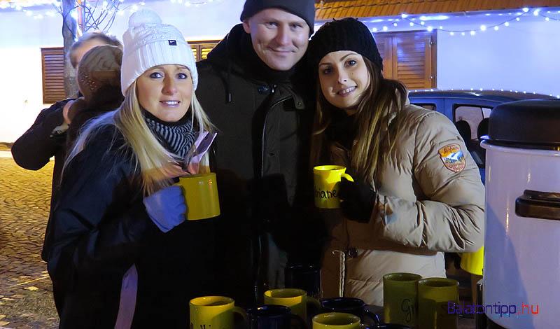 A Garda vendéglő csapata az ajándék bor mellé ajándék poharat is adott a kóstolóknak