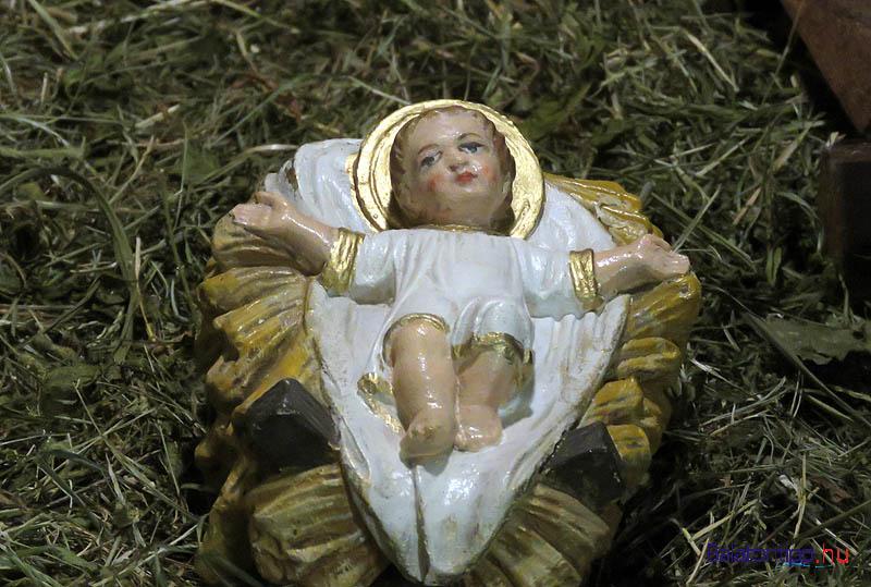 A kisded Jézus az alkalmi fekhelyen