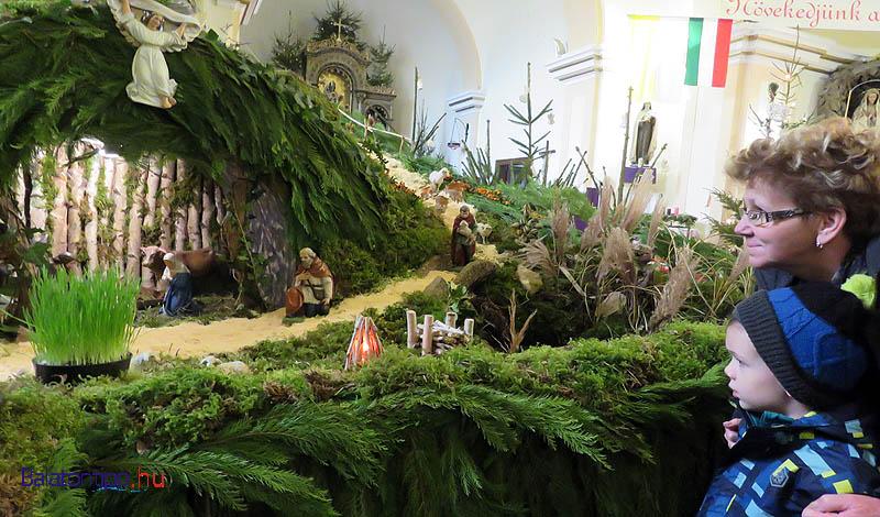 Látogatók a Győr-Moson-Sopron megyei Gyarmatról, akiket a betlehem híre hozott Vörsre