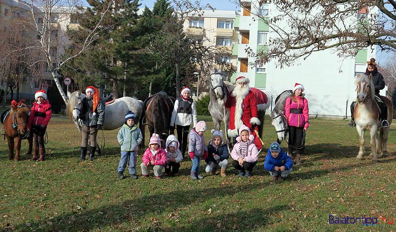 A gyerekek közös fotót is készíthettek a Mikulással és lovas társaival