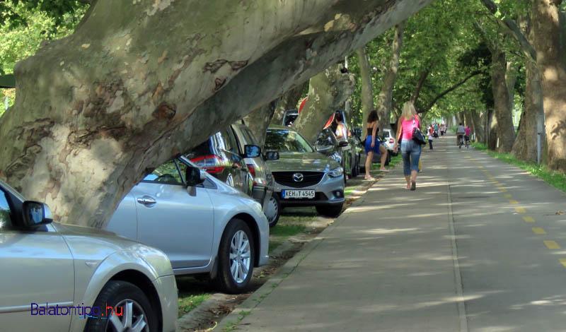 A kerékpáros-gyalogos útra átnyúló parkoló autók a parti út mellett