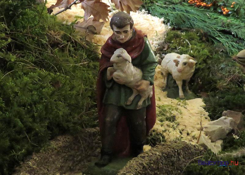 A hegyről bárászt hozó pásztor - az utakat finom fűrészporból építették